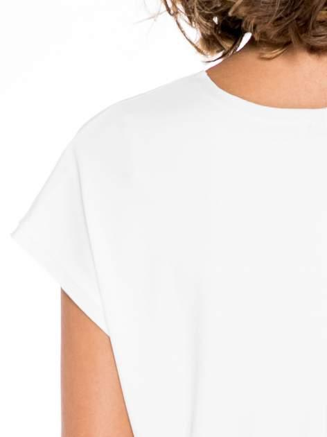 Ecru krótki t-shirt z nadrukiem sylwetek kobiet                                  zdj.                                  6