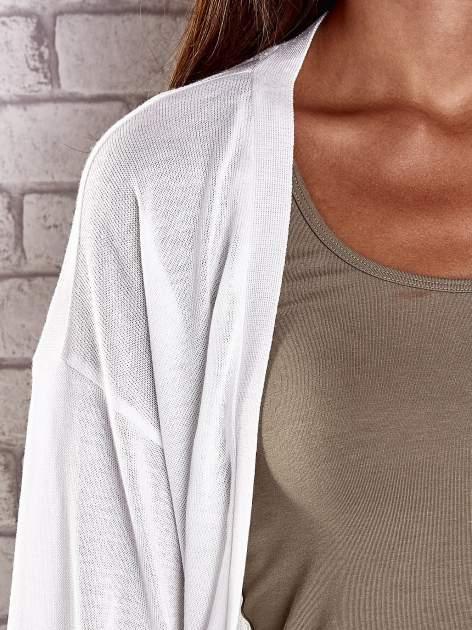 Ecru niezapinany sweter z ażurowym dołem i rękawami                                  zdj.                                  7