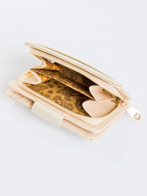 Ecru portfel ze złotym zapięciem efekt skóry saffiano                                  zdj.                                  4