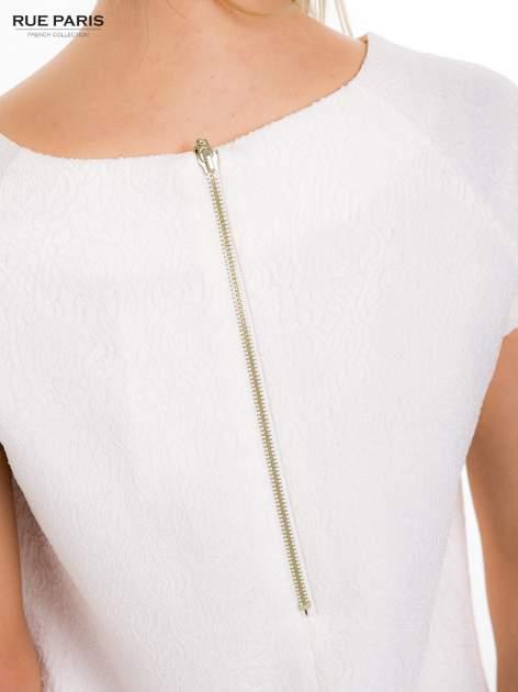 Ecru prosta sukienka tłoczona w róże z suwakiem z tyłu                                  zdj.                                  9