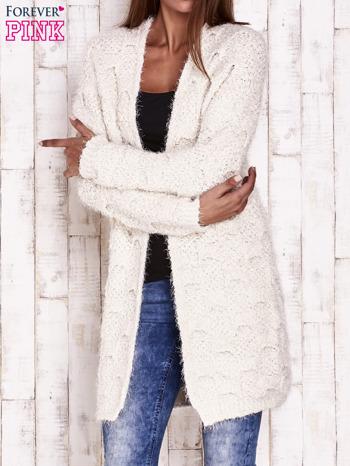 Ecru puchaty sweter z otwartym dekoltem                                  zdj.                                  1