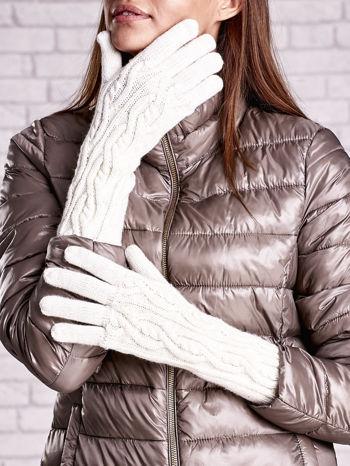 Ecru rękawiczki o warkoczowym splocie z błyszczącą nicią