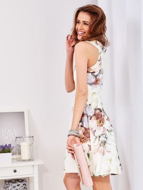 Ecru rozkloszowana sukienka w malarskie roślinne wzory                                  zdj.                                  2