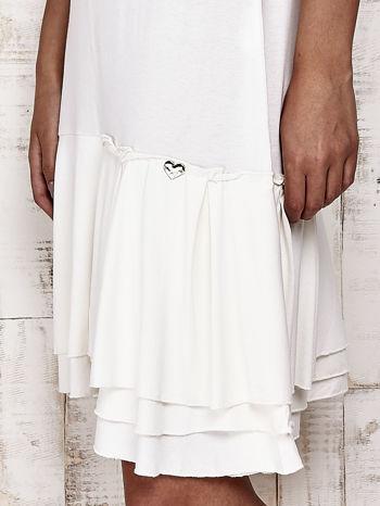 Ecru sukienka dresowa z ozdobną falbaną                                  zdj.                                  5