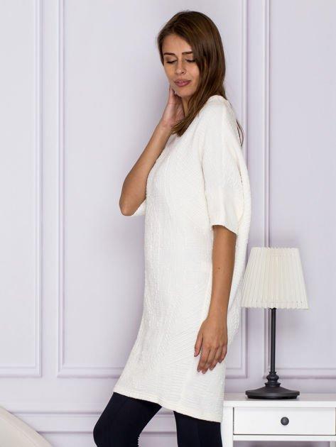Ecru sukienka o wypukłej fakturze                                  zdj.                                  5