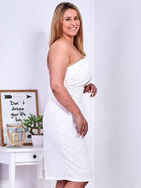 Ecru sukienka w drobne wypukłe wzory PLUS SIZE                              zdj.                              7