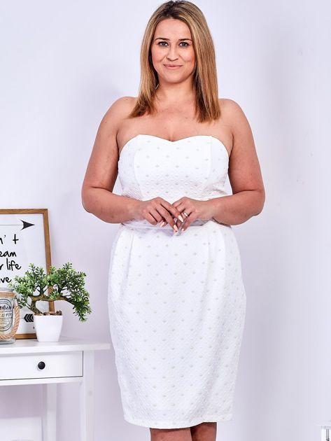 Ecru sukienka w drobne wypukłe wzory PLUS SIZE                              zdj.                              5