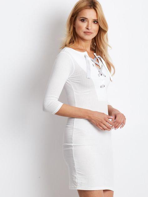 Ecru sukienka w prążek z dekoltem lace up                                  zdj.                                  1