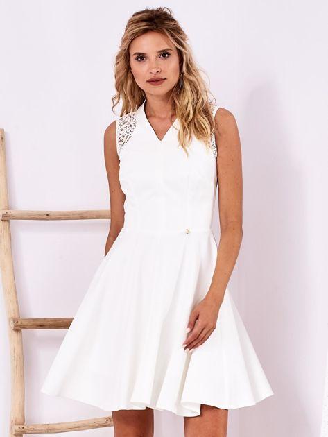 Ecru sukienka z ażurowym wykończeniem                              zdj.                              1