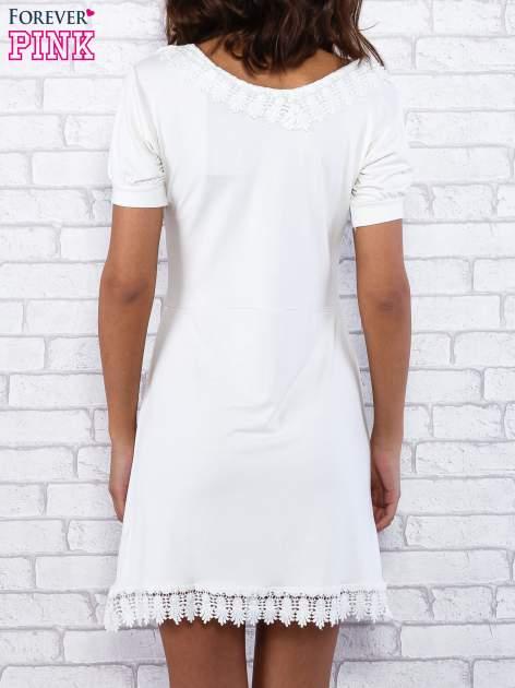 Ecru sukienka z koronkowym wykończeniem                                  zdj.                                  5