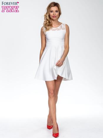 Ecru sukienka z koronkowym wykończeniem i dekoltem na plecach                                  zdj.                                  6