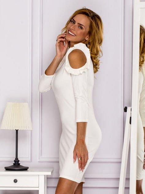 Ecru sukienka z wycięciami na ramionach                              zdj.                              5