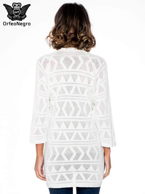 Ecru sweter narzutka o geometrycznym splocie                                  zdj.                                  4