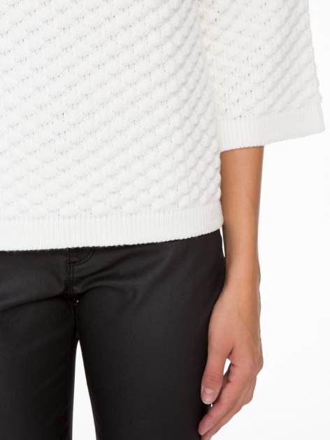 Ecru sweter o bąbelkowej fakturze                                  zdj.                                  6