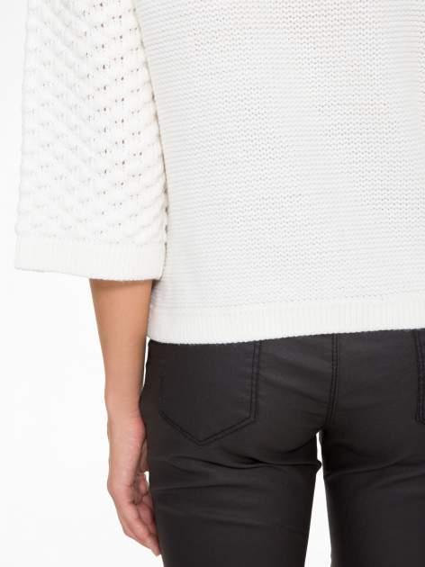 Ecru sweter o bąbelkowej fakturze                                  zdj.                                  8