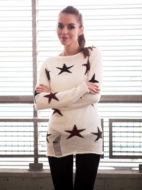 Ecru sweter w gwiazdy z efektem destroyed                                  zdj.                                  10