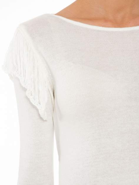 Ecru sweter z frędzlami przy ramionach i dekoltem na plecach                                  zdj.                                  7