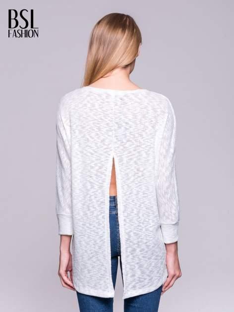 Ecru sweter z rozcięciem na plecach                                  zdj.                                  4