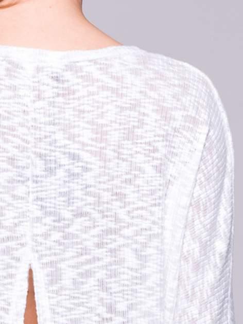 Ecru sweter z rozcięciem na plecach                                  zdj.                                  6