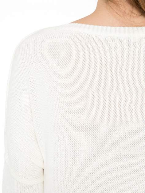 Ecru sweter z sercem obszytym frędzlami                                  zdj.                                  7