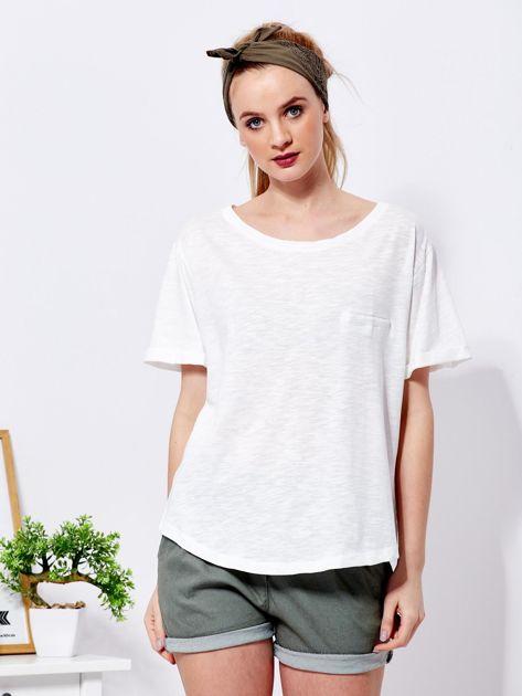 Ecru t-shirt basic z podwijanymi rękawami                              zdj.                              1