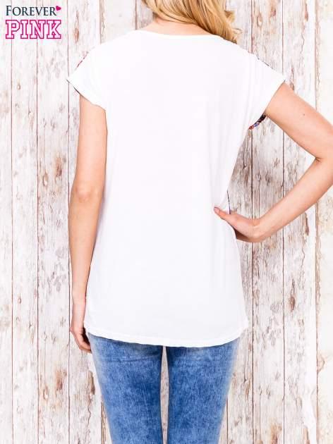 Ecru t-shirt w kolorową łączkę                                  zdj.                                  4