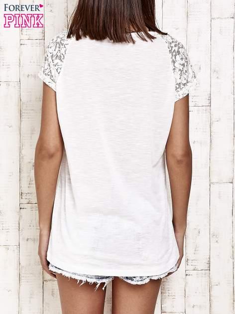Ecru t-shirt w kwiaty                                  zdj.                                  2