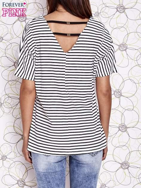 Ecru t-shirt w paski z ozdobnym dekoltem na plecach