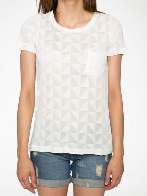 Ecru t-shirt z ażurowymi przeszyciami i kieszonką                                  zdj.                                  7