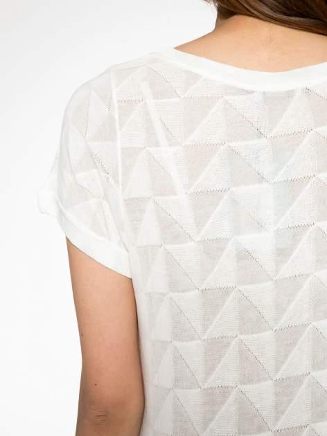 Ecru t-shirt z ażurowymi przeszyciami i kieszonką                                  zdj.                                  9