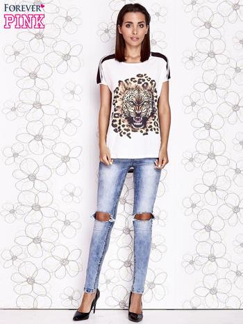 Ecru t-shirt z brązowym zwierzęcym nadrukiem i pasiastym tyłem                                  zdj.                                  4