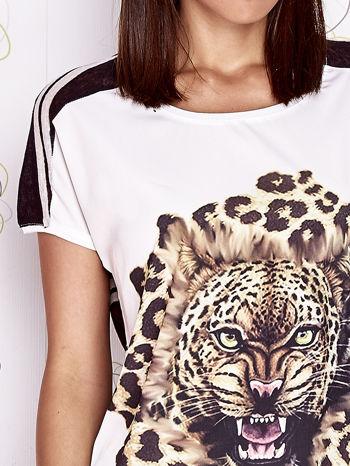 Ecru t-shirt z brązowym zwierzęcym nadrukiem i pasiastym tyłem                                  zdj.                                  5