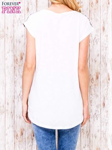 Ecru t-shirt z czerwono-niebieskim nadrukiem                                  zdj.                                  2
