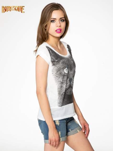 Ecru t-shirt z grafiką kota zdobioną dżetami                                  zdj.                                  3