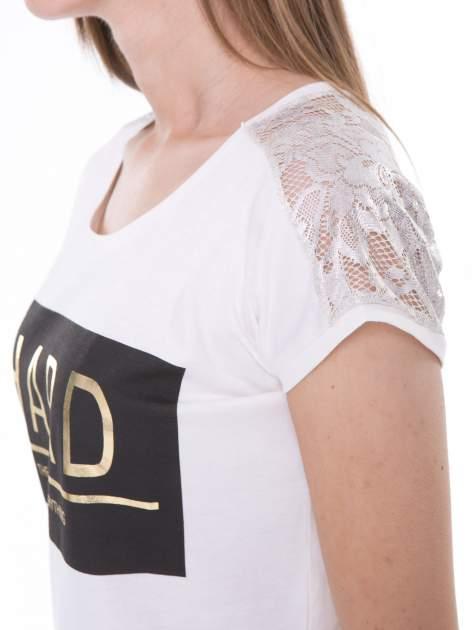 Ecru t-shirt z metalicznym nadrukiem HARD i koronkową wstawką z tyłu                                  zdj.                                  6