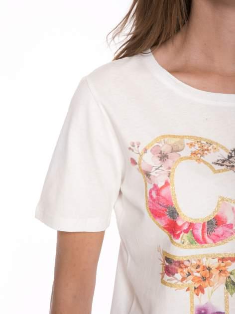 Ecru t-shirt z nadrukiem CUTE i pomponami w stylu etno                                  zdj.                                  7