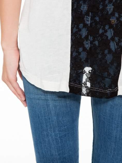 Ecru t-shirt z nadrukiem NEW YORK i koronkowym pasem na plecach                                  zdj.                                  9