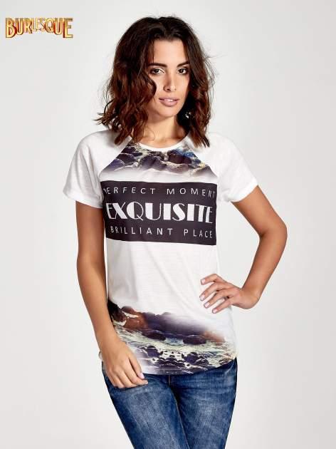 Ecru t-shirt z nadrukiem pejzażu i napisem EXQUISTE z dżetami                                  zdj.                                  1