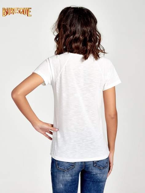Ecru t-shirt z nadrukiem pejzażu i napisem EXQUISTE z dżetami                                  zdj.                                  4