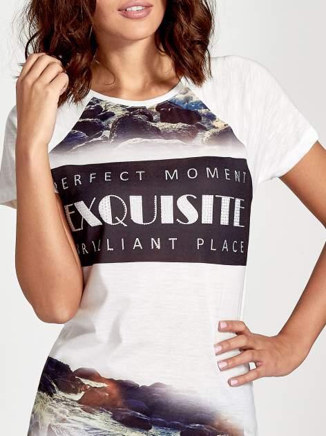Ecru t-shirt z nadrukiem pejzażu i napisem EXQUISTE z dżetami                                  zdj.                                  5