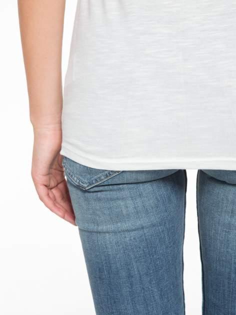 Ecru t-shirt z nadrukiem tekstowym i grzmotem                                  zdj.                                  9
