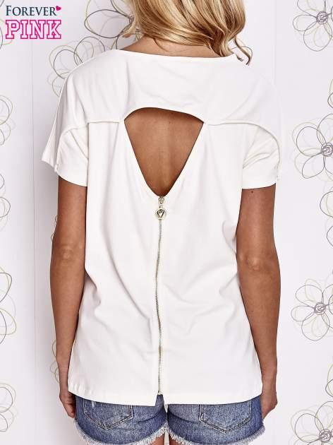 Ecru t-shirt z napisem i trójkątnym wycięciem na plecach                                  zdj.                                  4