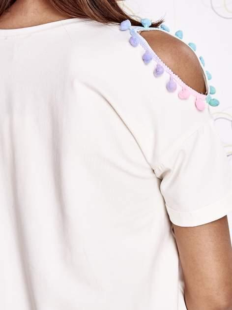 Ecru t-shirt z naszywką motyla i pomponami                                  zdj.                                  6