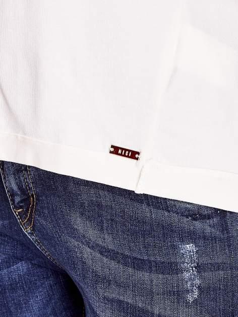 Ecru t-shirt z naszywką motyla i pomponami                                  zdj.                                  5