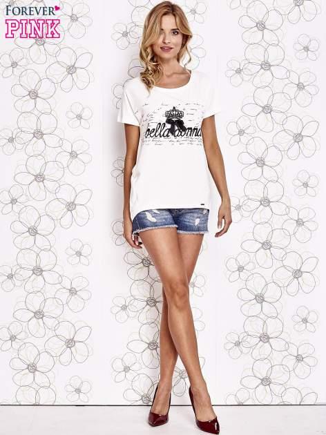 Ecru t-shirt z ozdobnym napisem i kokardą                                  zdj.                                  4