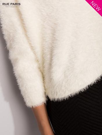 Ecru włochaty sweter z rękawami 3/4                                  zdj.                                  4