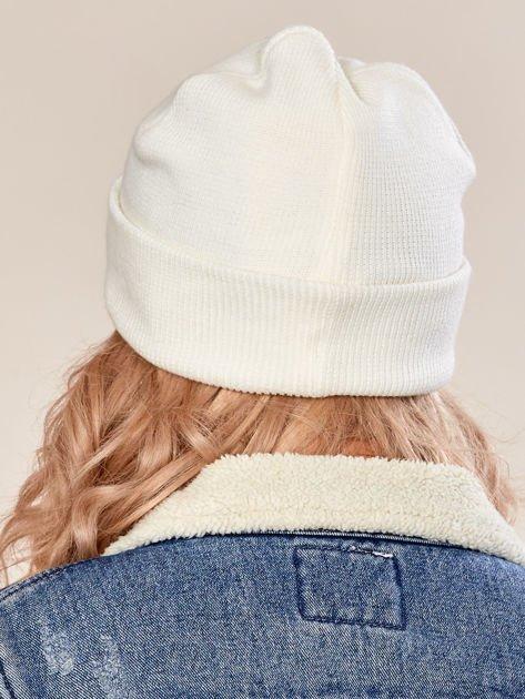 Ecru wywijana czapka ze złotą blaszką                              zdj.                              3