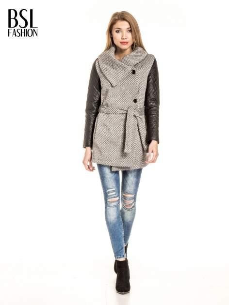Ecru wzorzysty płaszcz ze skórzanymi pikowanymi rękawami                                  zdj.                                  2