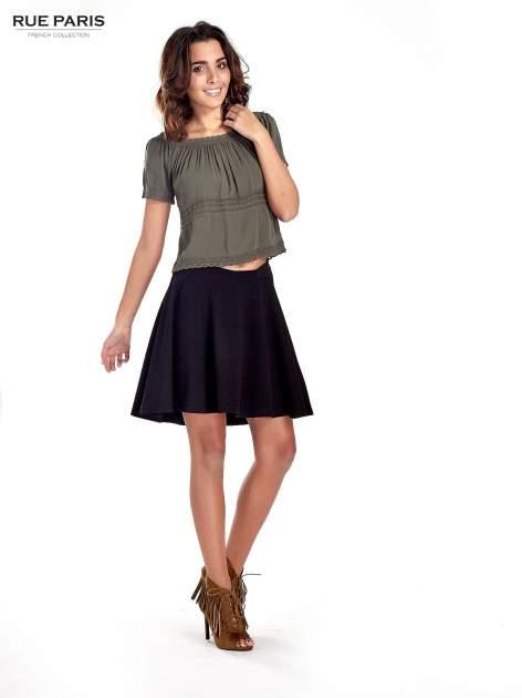 Fakturowana czarna spódnica z plisami i lekko wydłużonym tyłem                                  zdj.                                  8