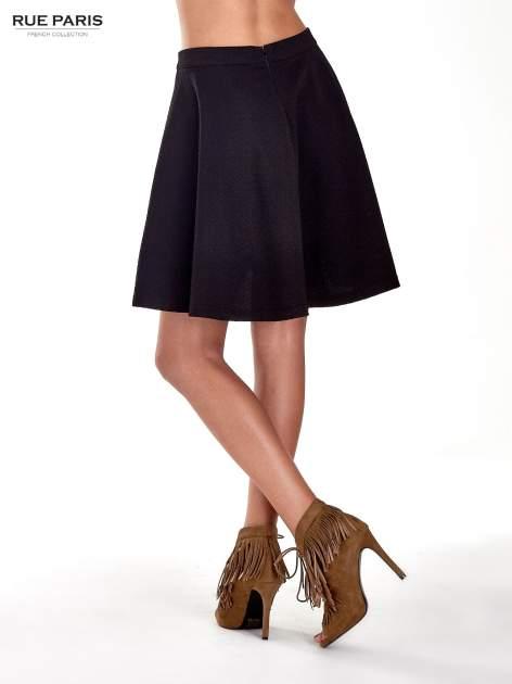 Fakturowana czarna spódnica z plisami i lekko wydłużonym tyłem                                  zdj.                                  4